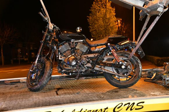 De motorfiets van het slachtoffer moest getakeld worden.