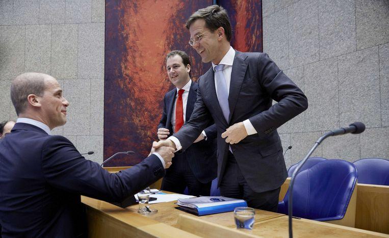 Samsom en Rutte ruilden kinderpardon en strafbaarstelling tegen elkaar uit. Het kinderpardon werd uitgevoerd, de strafbaarstelling van illegalen kwam er niet. Beeld anp