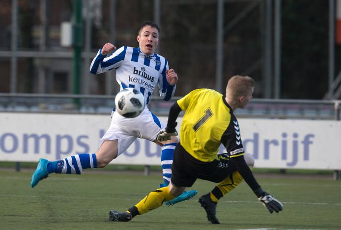 Een aantal leden van voormalig zaterdagclub DZSV (met Niels Tamboer in het blauw-witte shirt) zet zich in voor het behoud van prestatievoetbal op de zaterdag.