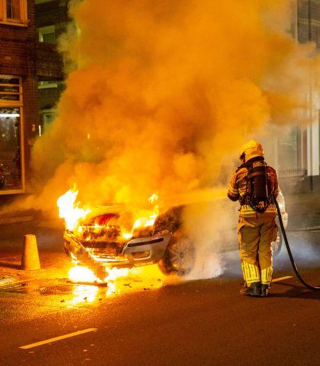 Auto vliegt al rijdend in brand in centrum van Roosendaal