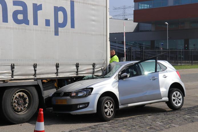 Een automobilist botste rond het middaguur tegen een stilstaande vrachtwagen op de Proostwetering in Utrecht.