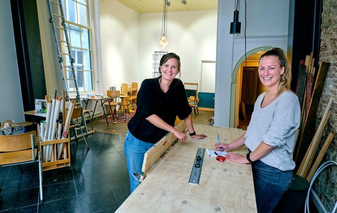 """Woensdag openen Loes Buist en Marieke Alberts  hun lunchroom/shop Kat in 't Bakkie. ,,We richting ons de komende weken voornamelijk op het winkelgedeelte met koffie en lunch to-go. Hopelijk kunnen we over een paar weken ook met ons horecagedeelte open."""""""