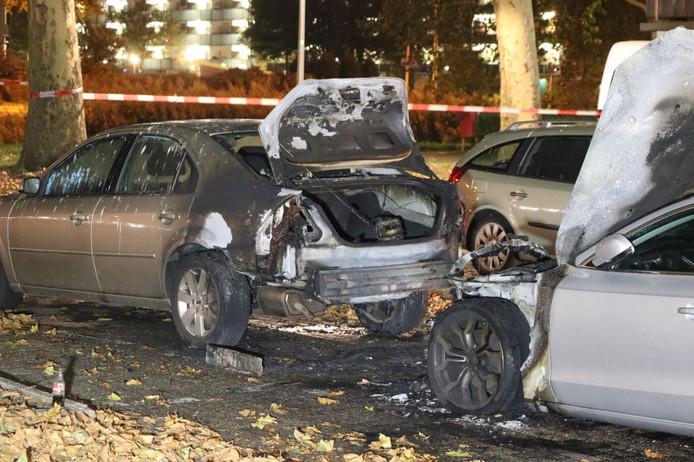 Aan de Lintveldebrink in Enschede gingen in augustus meerdere auto's in vlammen op