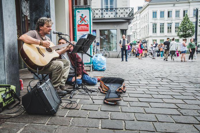Straatmuzikant Pascal op de Groentenmarkt.
