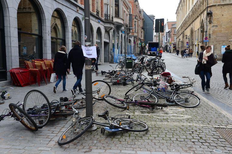 Doorheen de stad lagen er heel wat fietsen tegen de vlakte.
