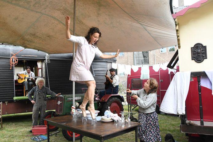 Ballerina Marie Parrinet in actie op het niet-alledaagse ritme van een pruttelende tractor. Mayke Heessels(r) kan haar ogen niet geloven.
