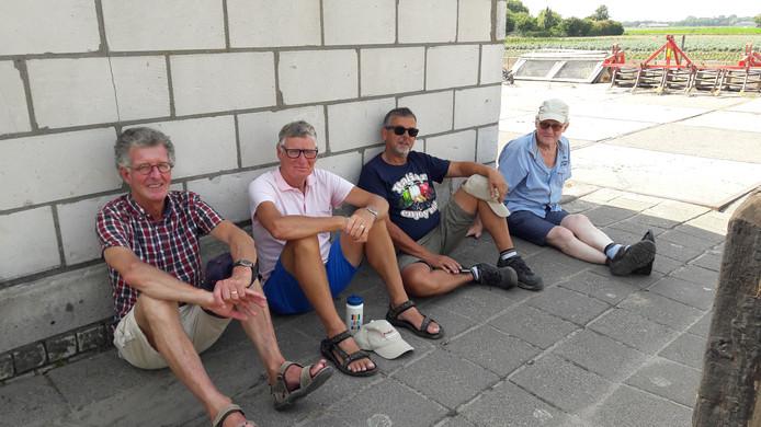 Fietsvrienden Ad Suijkerbuijk, Johan Koning, Jos van Dooremaal en Frie Clarijs uit Halsteren hebben een mooi plekje in de schaduw aan de Kolenbaan uitgezocht. ,,Zo warm hebben we het nog niet meegemaakt.''