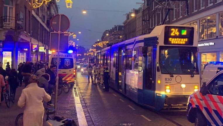 Agenten reanimeerden gisteren een man op de Ferdinand Bolstraat, maar werden gehinderd door filmende omstanders. Beeld Politie Amsterdam Zuid De Pijp