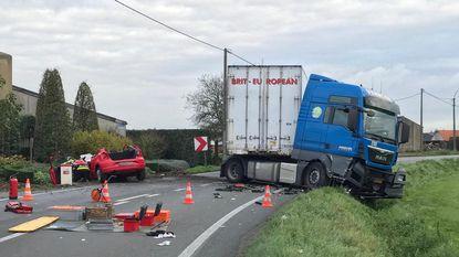 Vrouw in levensgevaar na frontale klap tegen vrachtwagen
