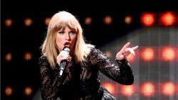 Stalker met masker, plastieken handschoenen, mes en touw probeert in te breken bij Taylor Swift