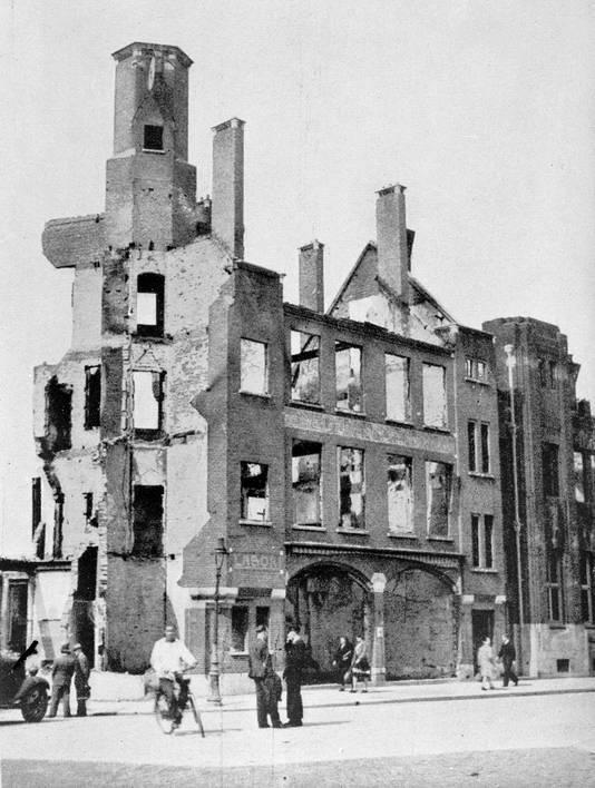 Het verwoeste gebouw van verzekeringsmaatschappij De Nederlanden aan het Mariënburgplein.