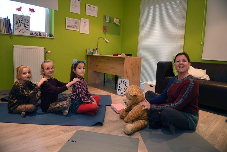 Juf Hilde geeft yoga aan jongeren