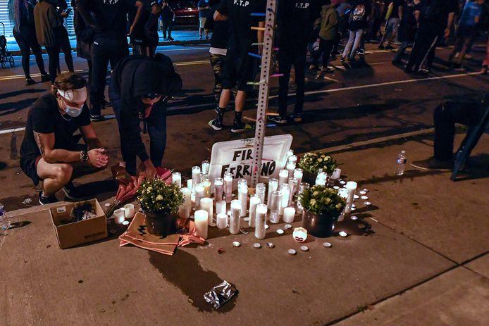 Mensen branden kaarsjes voor het slachtoffer in Rochester.