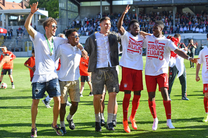 Leon Goretzka, David Alaba en Niklas Süle feesten mee met de beloftes.