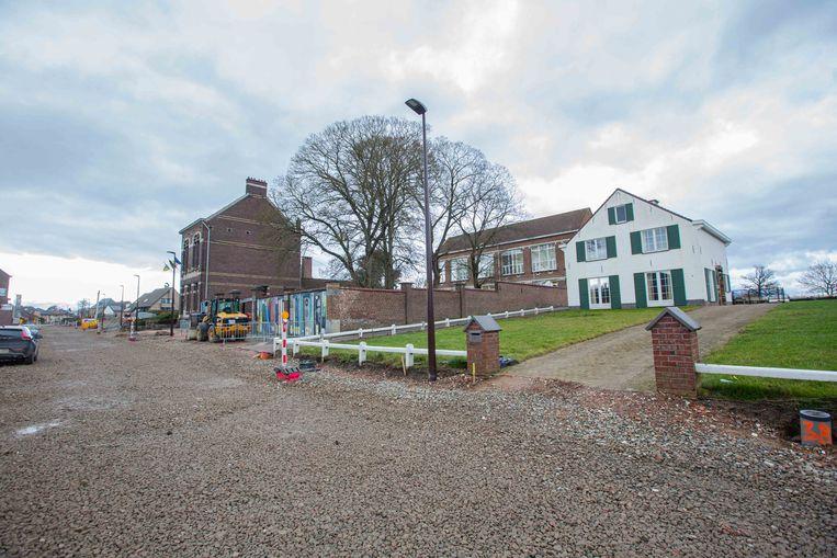 De gemeente zal een parking aanleggen op de grond waar de witte woning staat.