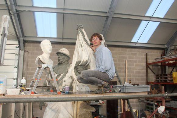 Leendert Van Accoleyen vult het huidige beeld aan zodat het als voorbeeld kan dienen voor een nieuw afgietsel in beton.