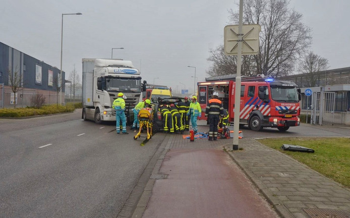 Een truck en een personenauto waren tegen elkaar gebotst.