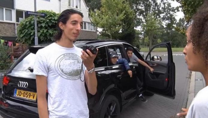 Ismail Ilgun zet provocerende filmpjes op internet. Duidelijke strafbare feiten plegen de jongens niet.