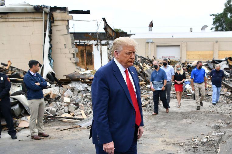 President Trump bij een afgebrand gebouw in Kenosha. Beeld AFP