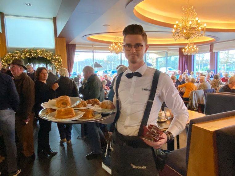 Café Trappisten voorzag 1.800 worstenbroden en 800 appelbollen.