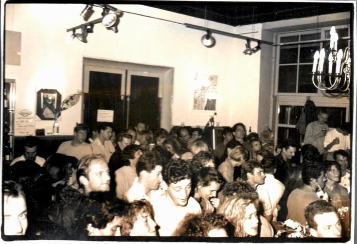 Volle bak in het Totaalcafé De Boulevard tijdens een van de gratis live optredens op maandagavonden