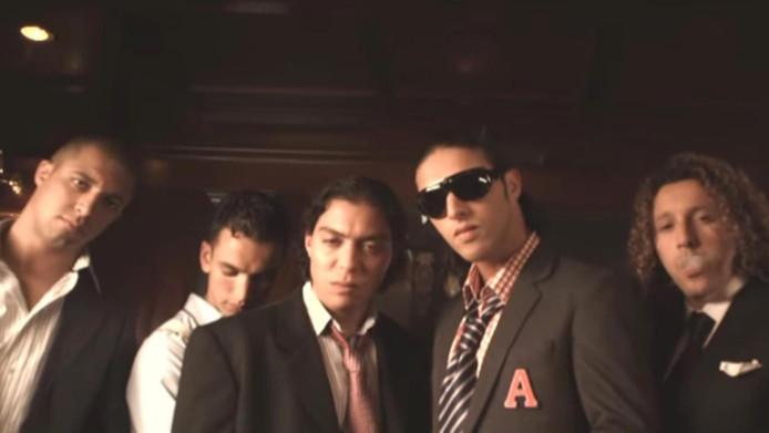 Beeld uit een clip van Ali B. en Baas met Redouan 'Takka Boutaka' (midden) in een prominente rol.