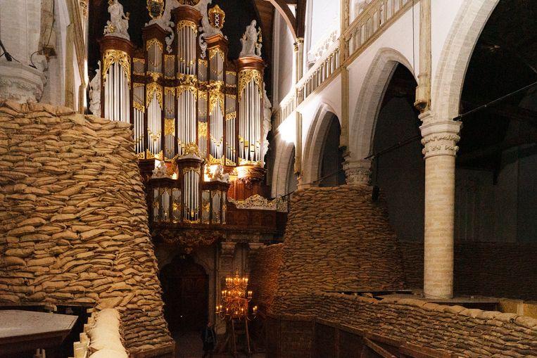 De installatie Poems for Earthlings van de Argentijnse kunstenaar Adrián Villar Rojas in de Oude Kerk in Amsterdam. Beeld Boris Vermeersch