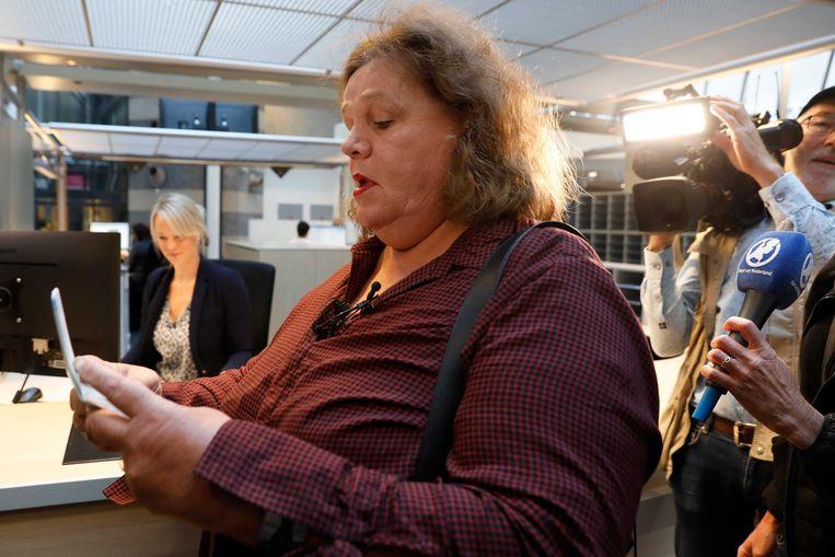 Leonne Zeegers krijgt als eerste volwassen Nederlander een paspoort zonder geslachtsaanduiding. De V in Leonne's paspoort wordt vervangen door X/X. Beeld ANP