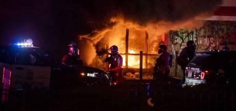 Protest in VS na overlijden zwarte man escaleert: plunderaar doodgeschoten, brandend gebouw stort in