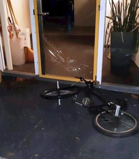 Vandalen gooien achtergelaten fiets door schoolruit in Heino