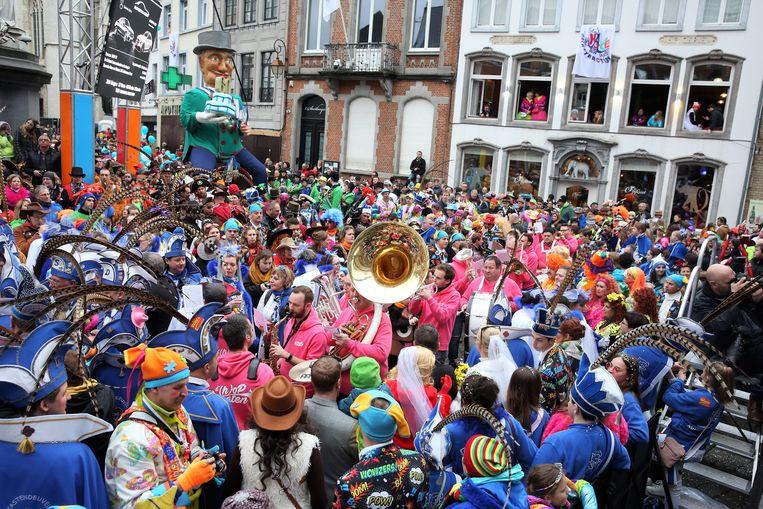 Een sfeerbeeld van de start van Carnaval Halle vorig jaar op de Grote Markt.