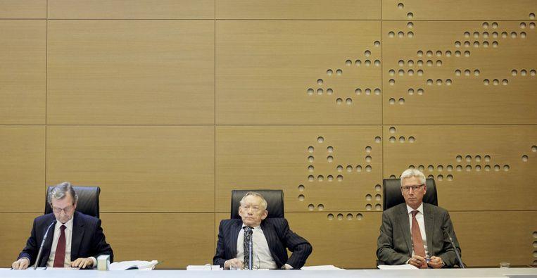 Staatsraad Ton Bijloos, voorzitter Dick Slump en staatsraad Kees Borman bij de rechtszitting over een beroep tegen het besluit van de Kiesraad om een referendum te houden over de Associatieovereenkomst met Oekraine Beeld anp