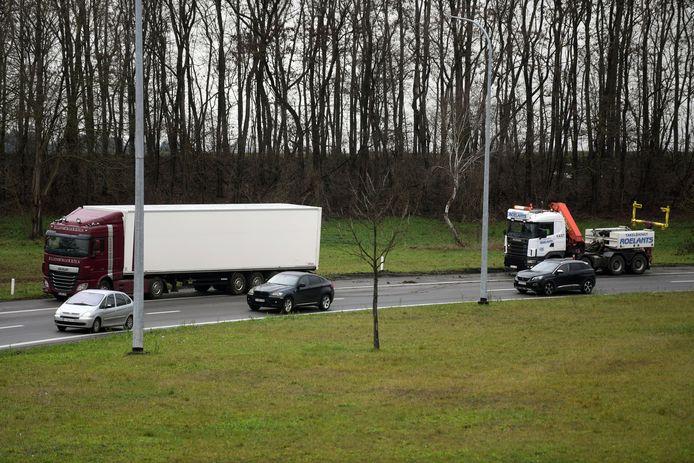 Vrachtwagen uit de bocht op E40 in Heverlee.