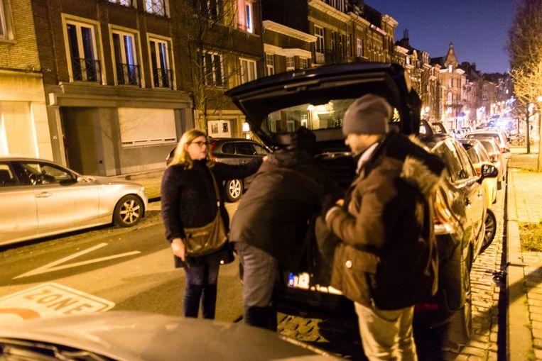 Nasr en Selim leggen spullen in de auto van Céline. Beeld Sander de Wilde