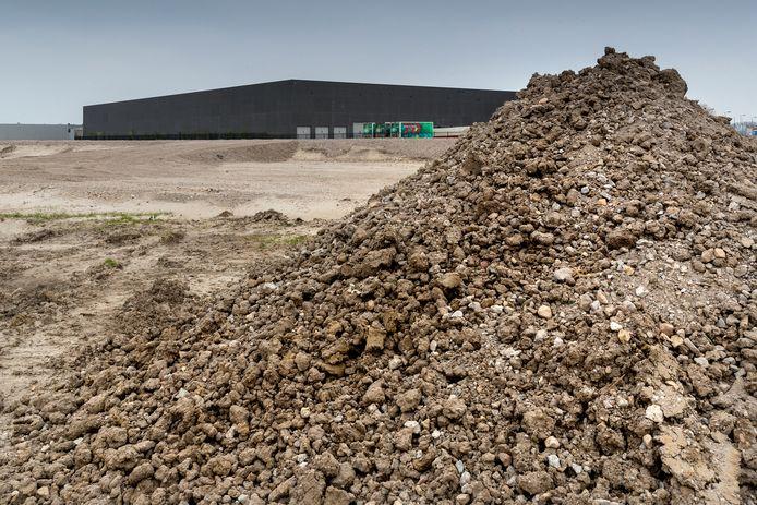 Nederland,  Zaltbommel, pakjes vervoerder DHL bouwt een distributiecentrum op bederijven terrein de Wildeman