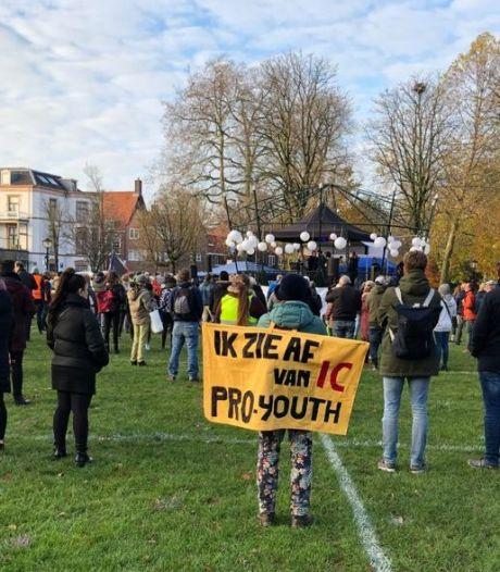 Jongeren demonstreren in Utrecht tegen coronaregels: 'Ze rollen een agenda uit voor totale controle'