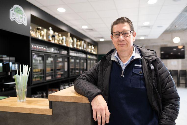 Penningmeester Erwin Fierens van basketbalclub Guco in de kantine van de sportzaal.