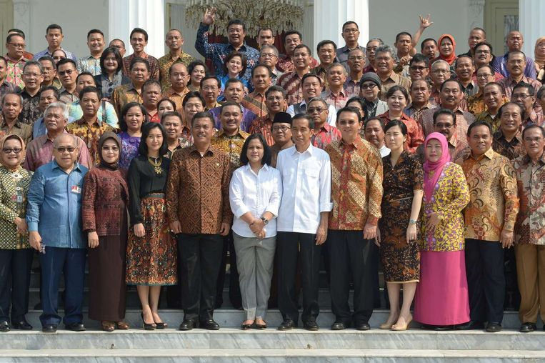 President Joko Widodo en zijn vrouw (beiden met witte blouse) poseren met de medewerkers uit zijn gouverneurstijd in Jakarta. Beeld null