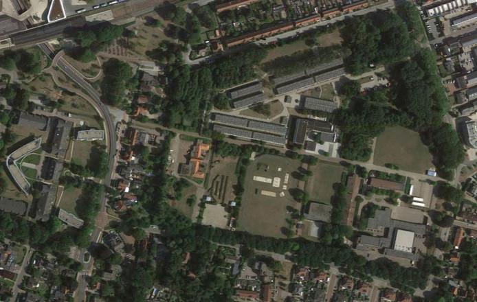 Het voormalige kazerneterrein ligt tussen de Mecklenburglaan (onder), de Graaf Ottolaan (rechts), de Prins Hendriklaan (boven) en de achtertuinen van de panden aan de Oranjelaan (links). Rechtsonder staan de gebouwen van Landstede en boven de woonblokken van het azc. Het rode dak links van het midden is de officiersmess; die blijft behouden.