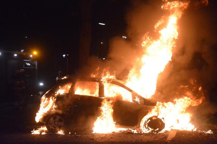 Voor de brandweer viel er weinig meer te redden aan het voertuig.