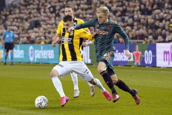 Matus Bero in duel met Ajacied Donny van de Beek.