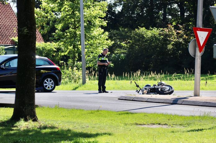 Op de Grotestraat in Rossum heeft maandagmorgen een aanrijding plaatsgevonden tussen een auto en een motor.
