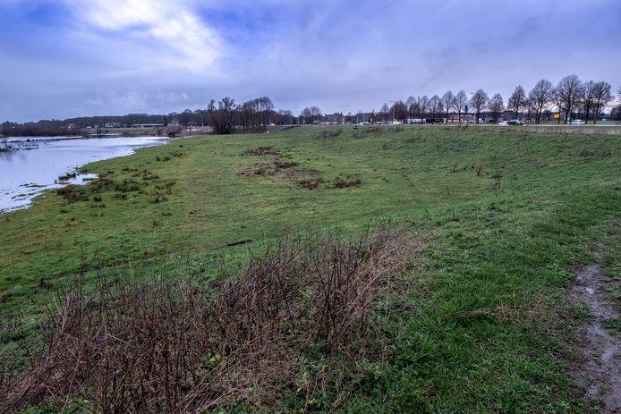 De plek waar mogelijk de 'waterkerende inlaatvoorziening' komt. In Milsbeek, tussen de rotonde op de N271 en CNC.