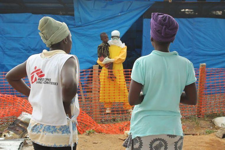 Het is al de negende keer dat ebola uitbreekt in Congo, maar het is de eerste keer dat er ook een geval in stedelijk gebied bevestigd is. Vandaag raakte bekend dat in de belangrijke havenstad Mbandaka iemand het besmettelijke virus heeft opgelopen.