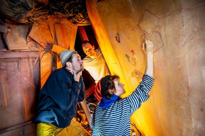 Nieuw updates voor het doolhof: de Berlijnse kunstenaar Tim Henrik Schneider (links), Joep van Gorp (midden) en kunstenaar Heidi Jonnson.