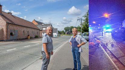 """Bestuurster van pick-uptruck vlucht te voet nadat ze woning ramt en over de kop gaat: """"De straat lag bezaaid met flesjes en bakken bier"""""""