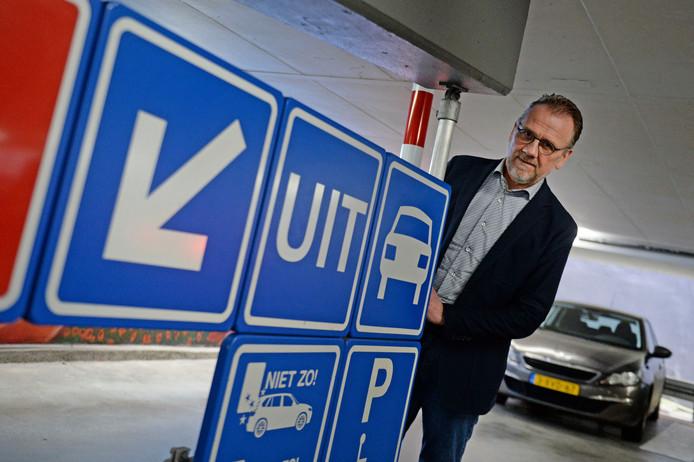 """Ambtenaar Jeroen ter Bekke over (kritiek op) het parkeerbeleid van de Gemeente Enschede. """"Over het algemeen stellen we vast dat de binnenstad, los van de wegwerkzaamheden, normaal goed bereikbaar is en voldoende parkeerplekken heeft."""""""