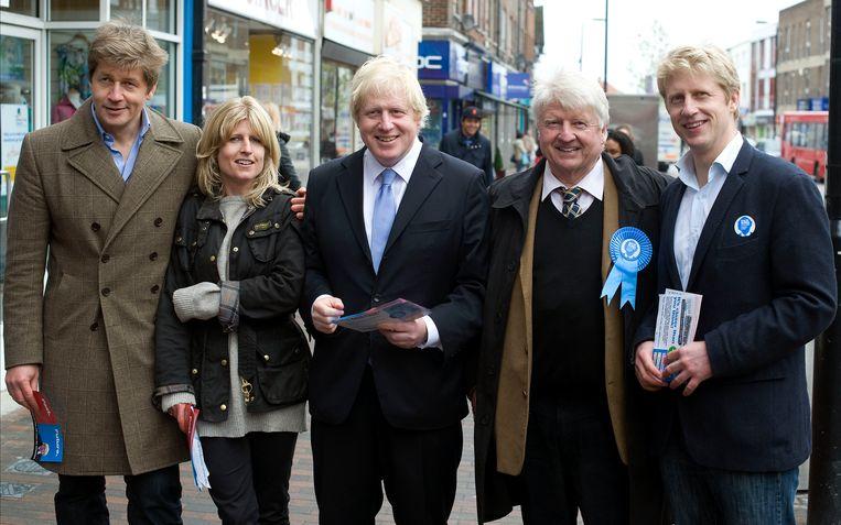 Boris Johnson met zijn familie. Van links naar rechts: broer Leo, zus Rachel, Boris, vader Stanley en broer Jo. Beeld Hollandse Hoogte / Polaris Images
