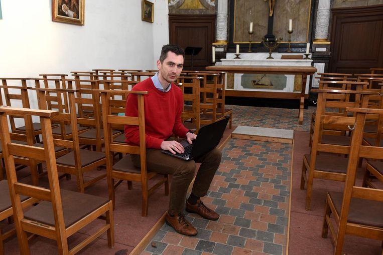 Schepen Simon De Boeck zit al meteen een potje te surfen in de kapel.
