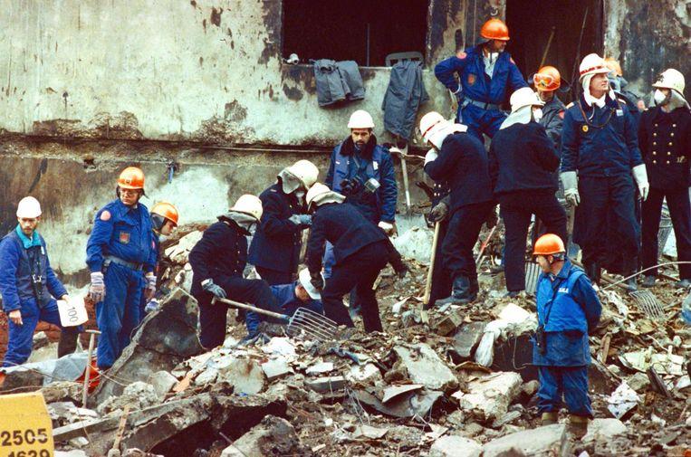Reddingswerkers op zoek naar slachtoffers. Beeld ANP